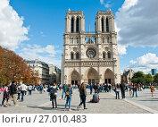 Купить «Многочисленные туристы около собора Парижской Богоматери (Нотр-Дам-де-Пари; Notre Dame de Paris) в солнечный день ранней осенью. Париж. Франция», фото № 27010483, снято 15 сентября 2017 г. (c) Екатерина Овсянникова / Фотобанк Лори