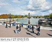 Купить «Прохожие на мосту Александра III (Pont Alexandre III). Солнечный день ранней осенью. Париж. Франция», фото № 27010515, снято 16 сентября 2017 г. (c) E. O. / Фотобанк Лори