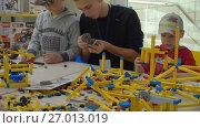 Купить «Child plays with a builder kit», видеоролик № 27013019, снято 9 сентября 2017 г. (c) Антон Гвоздиков / Фотобанк Лори