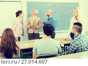 Professor consulting different age students. Стоковое фото, фотограф Яков Филимонов / Фотобанк Лори