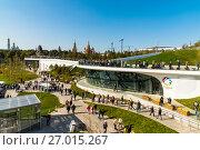 Купить «Moscow, Russia - September 23. 2017. Tourists on observation deck in new park Zaryadye.», фото № 27015267, снято 23 сентября 2017 г. (c) Володина Ольга / Фотобанк Лори