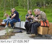 """Купить «Москва. Природно-ландшафтный парк """"Зарядье"""". Немолодые люди едят вкусное мороженое на скамейке в лесу», фото № 27026967, снято 17 сентября 2017 г. (c) Валерия Попова / Фотобанк Лори"""