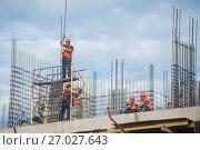 Купить «Строители вяжут арматуру», фото № 27027643, снято 24 июня 2017 г. (c) Сайганов Александр / Фотобанк Лори