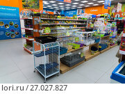 Купить «Zelenograd, Russia - September 15. 2017. Cages for birds and animals in Four paws pet store at mall Panfilov», фото № 27027827, снято 15 сентября 2017 г. (c) Володина Ольга / Фотобанк Лори