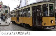 Купить «Старый желтый трамвай на городской улице. Милан, Италия», видеоролик № 27028243, снято 17 сентября 2017 г. (c) Виктор Карасев / Фотобанк Лори