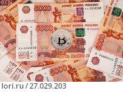 Монета биткоин на фоне российских рублей. Стоковое фото, фотограф Литвяк Игорь / Фотобанк Лори