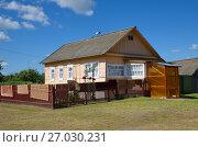Купить «Деревянный дом в деревне», эксклюзивное фото № 27030231, снято 15 августа 2017 г. (c) Елена Коромыслова / Фотобанк Лори