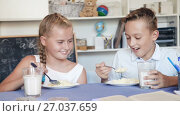 Girl is feeding her brother at lunch time. Стоковое видео, видеограф Яков Филимонов / Фотобанк Лори