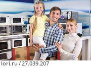 Купить «Family choosing microwave», фото № 27039207, снято 22 августа 2018 г. (c) Яков Филимонов / Фотобанк Лори
