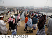 Купить «Muslim devotees attended Biswa Ijtema, at Tongi, on the outskirts of the Bangladesh capital Dhaka. Bishwa Ijtema means 'world congregation' and is focused...», фото № 27040559, снято 9 января 2015 г. (c) age Fotostock / Фотобанк Лори