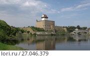 Купить «Вид на замок Германа на границе Эстонии и России», видеоролик № 27046379, снято 11 августа 2017 г. (c) Виктор Карасев / Фотобанк Лори