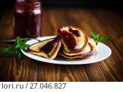 Купить «sweet pancakes with raspberry jam», фото № 27046827, снято 4 октября 2017 г. (c) Peredniankina / Фотобанк Лори