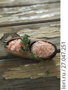 Купить «Himalayan salt with rosemary in wooden bowl», фото № 27047251, снято 5 июня 2017 г. (c) Wavebreak Media / Фотобанк Лори