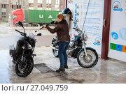 Купить «Девушка мотоциклистка моет два мотоцикла на мойке самообслуживания», фото № 27049759, снято 16 сентября 2017 г. (c) Кекяляйнен Андрей / Фотобанк Лори