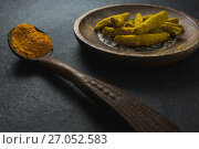 Купить «Turmeric powder in spoon and turmeric sticks in plate», фото № 27052583, снято 5 июня 2017 г. (c) Wavebreak Media / Фотобанк Лори