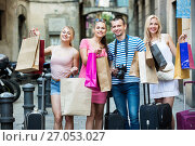 Купить «Portrait of three girls and one man standing with shopping bags», фото № 27053027, снято 19 октября 2018 г. (c) Яков Филимонов / Фотобанк Лори