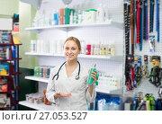 Купить «Happy female shop assistant offering shampoo», фото № 27053527, снято 11 декабря 2017 г. (c) Яков Филимонов / Фотобанк Лори