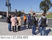 Купить «Москва. Москворецкая набережная. Люди около пешеходного перехода ждут зеленого сигнала светофора», эксклюзивное фото № 27054459, снято 23 сентября 2017 г. (c) Илюхина Наталья / Фотобанк Лори