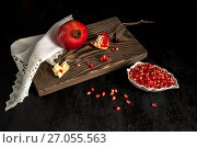 Peeled pomegranate seeds in a bowl on a wooden table close-up. Стоковое фото, фотограф Татьяна Ляпи / Фотобанк Лори