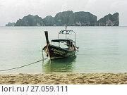 Купить «Тайская лодка на фоне острова Пхи-пхи Лей Таиланд», фото № 27059111, снято 17 декабря 2010 г. (c) Эдуард Паравян / Фотобанк Лори