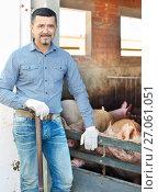 Купить «Man working on animal farm», фото № 27061051, снято 16 октября 2018 г. (c) Яков Филимонов / Фотобанк Лори
