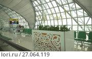 Купить «Interior of the new Bangkok International Airport Suvarnabhumi stock footage video», видеоролик № 27064119, снято 27 июня 2017 г. (c) Юлия Машкова / Фотобанк Лори