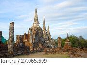 Раннее утро на руинах буддийского храма Wat Phra Si Sanphet. Аютхая, Таиланд (2017 год). Стоковое фото, фотограф Виктор Карасев / Фотобанк Лори