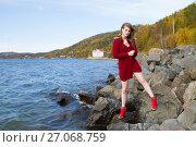 Купить «Молодая девушка среди камней на берегу Байкала», фото № 27068759, снято 19 сентября 2017 г. (c) Момотюк Сергей / Фотобанк Лори