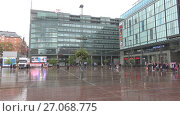 Купить «Дождливый сентябрьский день на площади у торгового центра Камппи. Хельсинки, Финляндия», видеоролик № 27068775, снято 16 сентября 2017 г. (c) Виктор Карасев / Фотобанк Лори