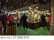 Купить «Будапешт, Венгрия. Рыночная палатка с традиционной венгерской едой и напитками на рождественском базаре на площади Вёрёшмарти вечером», фото № 27068915, снято 5 декабря 2016 г. (c) Михаил Марковский / Фотобанк Лори