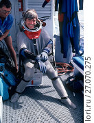 Купить «Presenter Mike De Gruy preparing to dive in shark suit off California, USA,  filming for BBC NHU  series Seatrek 1991», фото № 27070275, снято 13 декабря 2017 г. (c) Nature Picture Library / Фотобанк Лори
