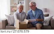 Купить «senior couple with parcel and delivery note», видеоролик № 27070579, снято 20 сентября 2017 г. (c) Syda Productions / Фотобанк Лори