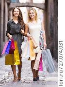Купить «girls carrying bags with purchases», фото № 27074031, снято 22 сентября 2018 г. (c) Яков Филимонов / Фотобанк Лори