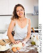 Happy woman preparing dough. Стоковое фото, фотограф Яков Филимонов / Фотобанк Лори