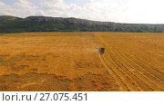 Купить «Harvesting wheat on a harvester», видеоролик № 27075451, снято 17 августа 2015 г. (c) Владимир Кравченко / Фотобанк Лори