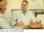 Купить «Professor of medicine training colleague», фото № 27075543, снято 26 июня 2019 г. (c) Яков Филимонов / Фотобанк Лори