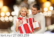 Купить «happy couple in sweaters holding christmas gifts», фото № 27083259, снято 7 октября 2012 г. (c) Syda Productions / Фотобанк Лори