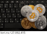 Монеты криптовалюты Биткоин лежат на клавиатуре. Стоковое фото, фотограф Николай Винокуров / Фотобанк Лори