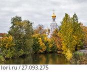 Купить «Воскресенская церковь и река Смоленка, Санкт-Петербург», фото № 27093275, снято 14 октября 2017 г. (c) Юлия Бабкина / Фотобанк Лори