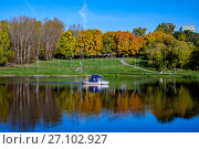 Купить «Москва, спасательный катер МЧС на Люблинском пруду», фото № 27102927, снято 7 октября 2017 г. (c) glokaya_kuzdra / Фотобанк Лори