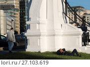 Москва, спящий мужчина у эстакады Белорусского вокзала, эксклюзивное фото № 27103619, снято 22 сентября 2017 г. (c) Дмитрий Неумоин / Фотобанк Лори