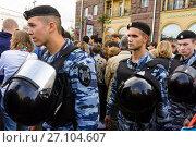 Купить «Молодые полицейские в амуниции обеспечивают антитеррористическую защиту населения во время празднования дня города 870 лет Москвы», фото № 27104607, снято 9 сентября 2017 г. (c) Эдуард Паравян / Фотобанк Лори