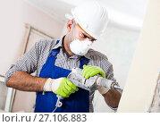 Купить «Adult male builder renovating with drill in mask», фото № 27106883, снято 18 мая 2017 г. (c) Яков Филимонов / Фотобанк Лори