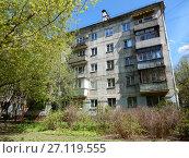 Купить «Пятиэтажный двухподъездный блочный жилой дом серии I-439, построен в 1964 году. Первомайская улица, 7 корпус 1. Район Измайлово. Город Москва», эксклюзивное фото № 27119555, снято 7 мая 2017 г. (c) lana1501 / Фотобанк Лори