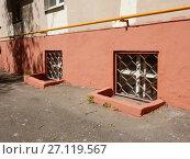 Купить «Окна подвального помещения. Трёхэтажный четырёхподъездный кирпичный жилой дом, построен в 1950 году. Измайловский проезд, 6, корпус 3. Район Измайлово. Город Москва», эксклюзивное фото № 27119567, снято 7 мая 2017 г. (c) lana1501 / Фотобанк Лори