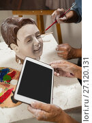 Купить «Woman using digital tablet while painting a sculptor», фото № 27120131, снято 21 апреля 2017 г. (c) Wavebreak Media / Фотобанк Лори