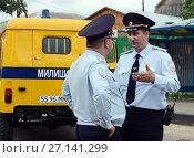 Купить «Сотрудники полиции у советского милицейского автомобиля УАЗ-469», фото № 27141299, снято 20 июня 2015 г. (c) Free Wind / Фотобанк Лори