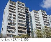 Купить «Шестнадцатиэтажный четырёхподъездный панельный жилой дом серии И-522А, построен в 1983 году. 7-я Парковая улица, 15 корпус 1. Район Измайлово. Город Москва», эксклюзивное фото № 27142155, снято 7 мая 2017 г. (c) lana1501 / Фотобанк Лори