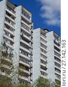 Купить «Шестнадцатиэтажный четырёхподъездный панельный жилой дом серии И-522А, построен в 1983 году. 7-я Парковая улица, 15 корпус 1. Район Измайлово. Город Москва», эксклюзивное фото № 27142163, снято 7 мая 2017 г. (c) lana1501 / Фотобанк Лори