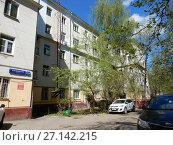 Купить «Пятиэтажный (изначально трёхэтажный) трёхподъездный кирпичный жилой дом, построен в 1949 году. Измайловский бульвар, 20 (6-я Парковая улица, 34). Район Измайлово. Москва», эксклюзивное фото № 27142215, снято 7 мая 2017 г. (c) lana1501 / Фотобанк Лори